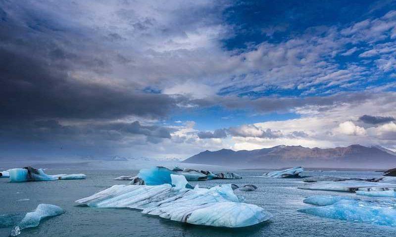 """Ambiente: l'alga della """"neve rossa"""" e lo scioglimento dei ghiacciai"""